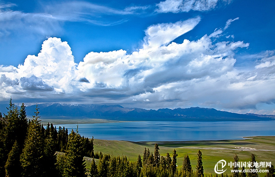 赛里木湖:大西洋最后一滴眼泪 赛里木湖,古称净海,位于中国新疆博尔塔拉州博乐市境内的北天山山脉中,紧邻伊犁州霍城县,是一个风光秀美的高山湖泊。因是大西洋的暖湿气流最后眷顾的地方,所以被称作大西洋最后一滴眼泪..